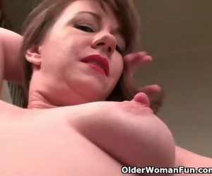 American MILF Tracy gives..